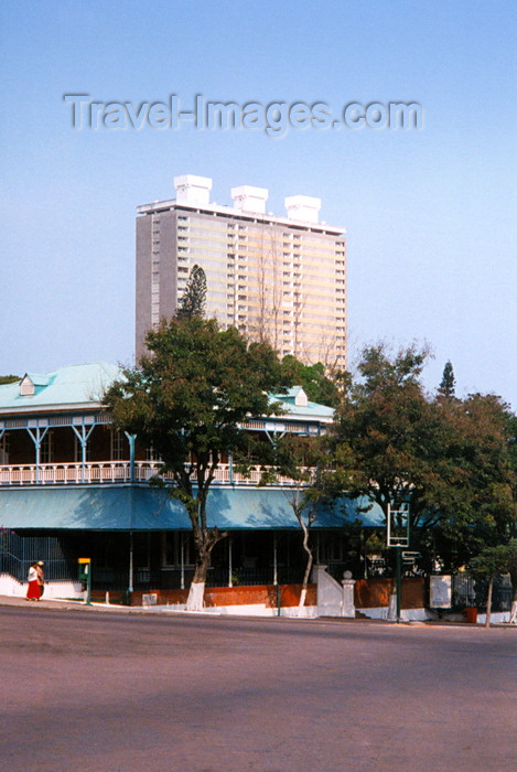 mozambique4: Mozambique / Moçambique - Maputo / Lourenço Marques: French-Mozambican Cultural Centre and the 33 storey building / o Centro Cultural Franco-Moçambicano (av Samora Machel) e o Edifício 33 Andares (av. 25 de Setembro) - photo by M.Torres - (c) Travel-Images.com - Stock Photography agency - Image Bank