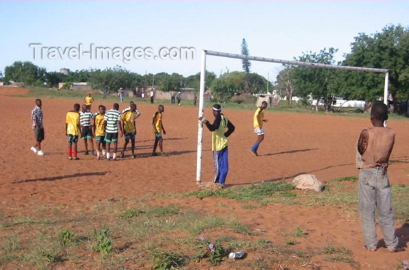 mozambique50: Marracuene, Mozambique: dispute at a soccer match / discussão num jogo de futebol - photo by Lars Gewalli - (c) Travel-Images.com - Stock Photography agency - Image Bank