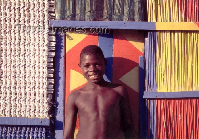 mozambique52: Mozambique / Moçambique - Benguerra island, Inhambane province: smiling boy and colourful house / rapaz sorridente e casa colorida - photo by F.Rigaud - (c) Travel-Images.com - Stock Photography agency - Image Bank