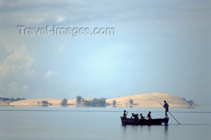 mozambique54: Mozambique / Moçambique - Benguerra: fishermen rowing - National Park / pescadores a remar - photo by F.Rigaud - (c) Travel-Images.com - Stock Photography agency - Image Bank