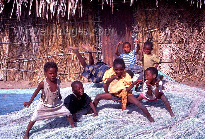 mozambique61: Ilha de Moçambique / Mozambique island: children playing - crianças a brincar - photo by F.Rigaud - (c) Travel-Images.com - Stock Photography agency - Image Bank