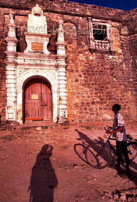 mozambique67: Ilha de Moçambique / Mozambique island: Portuguese fort of São Sebastião - the gate, the passer-by and the photographer's shadow - forte Português de São Sebastião - o portão, o curioso e a sombra da fotógrafa - photo by F.Rigaud - (c) Travel-Images.com - Stock Photography agency - Image Bank