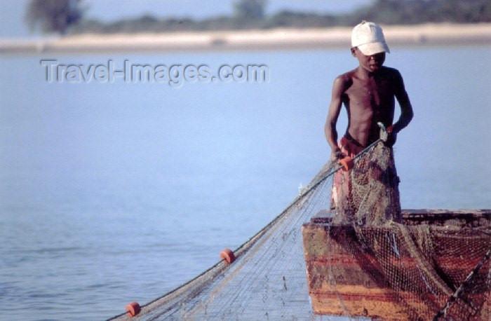 mozambique70: Mozambique / Moçambique - ilha de Benguerra: rapaz a pescar - photo by F.Rigaud - (c) Travel-Images.com - Stock Photography agency - Image Bank