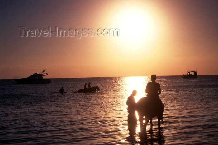 mozambique71: Mozambique / Moçambique - Bazaruto: horse riding on the beach - sunset over the Indian ocean / passeio a cavalo na praia - photo by F.Rigaud - (c) Travel-Images.com - Stock Photography agency - Image Bank