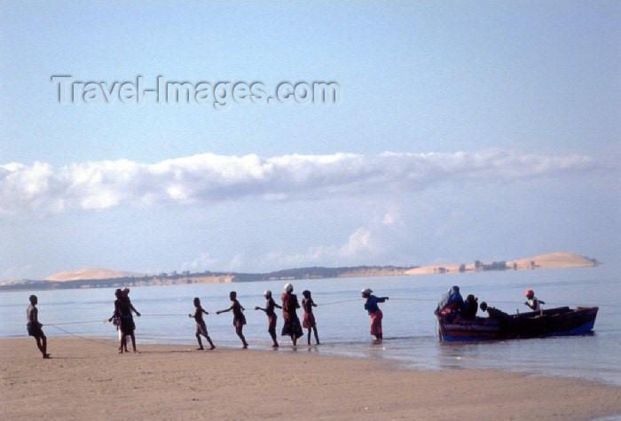 mozambique74: Mozambique / Moçambique - ilha de Benguerra / Benguerra island - arquipelago de Bazaruto (provincia de Inhambane): a boat returns to shore / um barco volta a terra - photo by F.Rigaud - (c) Travel-Images.com - Stock Photography agency - Image Bank