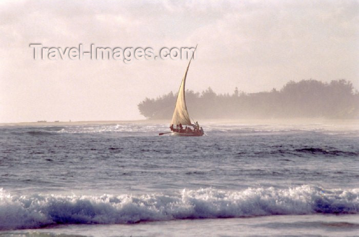 mozambique75: Mozambique / Moçambique - Inhambane: fishermen leave for the Indian ocean - Barra beach / praia da Barra - pescadores partem para o oceano Indico - photo by F.Rigaud - (c) Travel-Images.com - Stock Photography agency - Image Bank