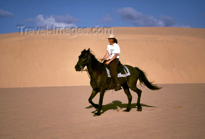 mozambique83: Mozambique / Moçambique - Bazaruto: woman horse riding on the sand dunes / passeio a cavalo nas dunas - photo by F.Rigaud - (c) Travel-Images.com - Stock Photography agency - Image Bank
