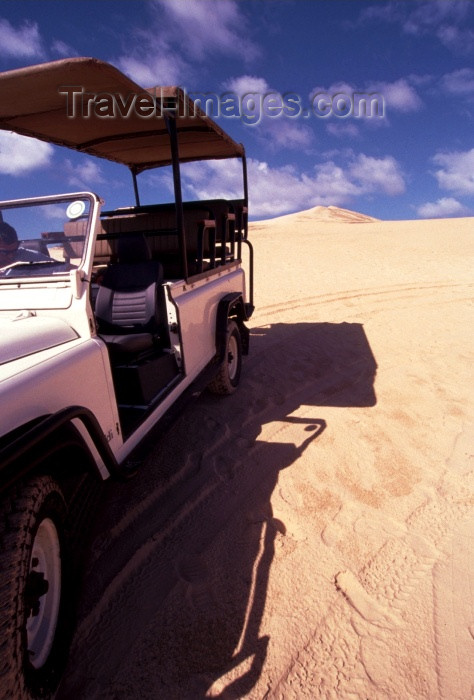 mozambique85: Mozambique / Moçambique - Bazaruto island, Inhambane province: Land Rover on the sand dunes / 4x4 - Land Rover nas dunas - photo by F.Rigaud - (c) Travel-Images.com - Stock Photography agency - Image Bank