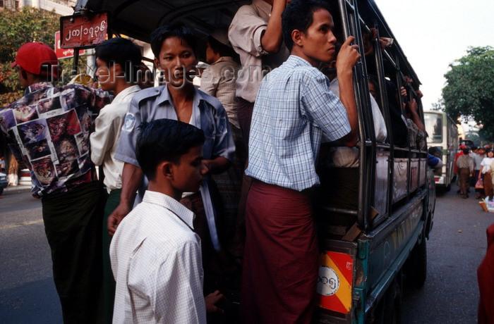 myanmar15: Myanmar - Yangon: overcrowded minibus - photo by W.Allgöwer - Die Kleinbusse (Pickups) stellen die Nahverkehrsverbindungen zwischen den Dörfern und Städten sicher. In ihnen fahren die Händler zum Markt und die Schulkinder zur Schule. Es gibt keine geregel - (c) Travel-Images.com - Stock Photography agency - Image Bank