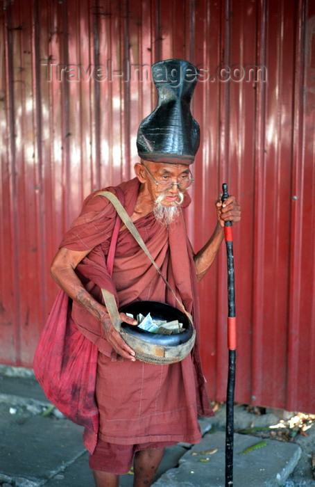 myanmar167: Myanmar - Yangon: ascetic monk begging - photo by W.Allgöwer - Ein Eremit auf Almosengang in Yangon. Die Einsiedlermönche sind an ihrer Kopfbedeckung zu erkennen und sehr selten, und dann auch nur für kurze Zeit; unter Menschen anzutreffen. - (c) Travel-Images.com - Stock Photography agency - Image Bank