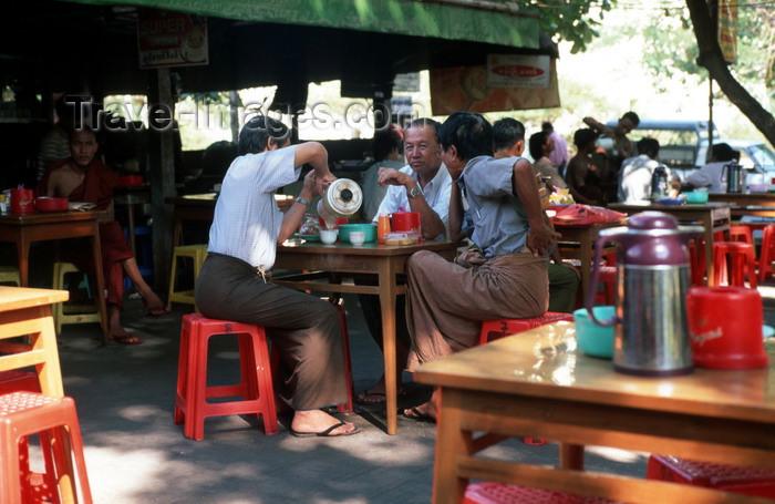 myanmar168: Myanmar - Yangon: al fresco tea house - photo by W.Allgöwer - Kein Tag ohne Teestube. Allein in Yangon soll es nach Schätzung Einheimischer fast 2000 Teestuben geben. Überdacht, unter offenen Himmel oder im Schatten von Bäumen laden sie mit einfachen, oft - (c) Travel-Images.com - Stock Photography agency - Image Bank