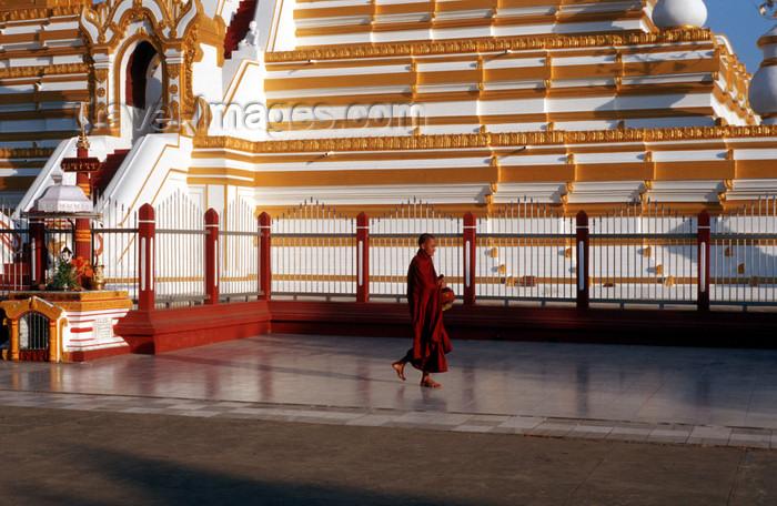 myanmar205: Myanmar - Bagan, Nyaung U: Shwezigon pagoda - monk at the stupa's base - religion - Buddhism - Asia - photo by W.Allgöwer - Ein Mönch kommt von seinem morgendlichen Almosengang zurück. Dahinter die Shwezigon-Pagode, deren Zedi der erste in einem eigenstän - (c) Travel-Images.com - Stock Photography agency - Image Bank