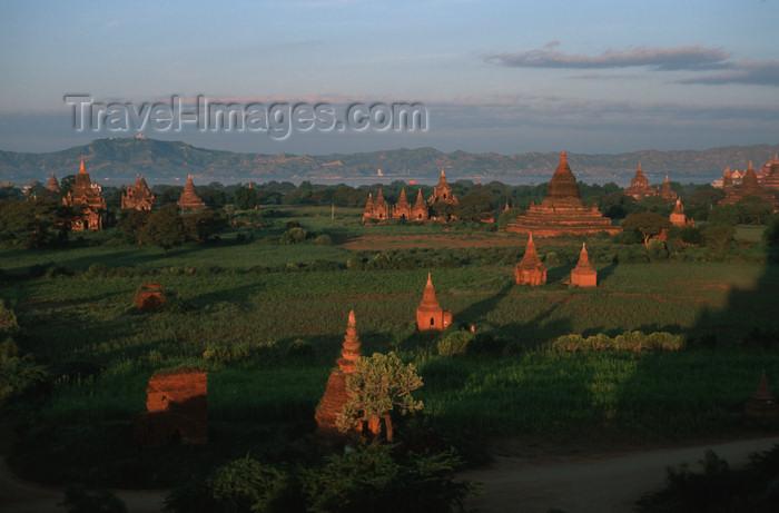 myanmar209: Myanmar - Bagan: panorama over the world's largest Buddhist ruin field - photo by W.Allgöwer - Bagan ist eine historische Königsstadt im heutigen Myanmar (Birma) mit über zweitausend erhaltenen Sakralgebäuden aus Ziegelstein, und eine der größten archäolo - (c) Travel-Images.com - Stock Photography agency - Image Bank