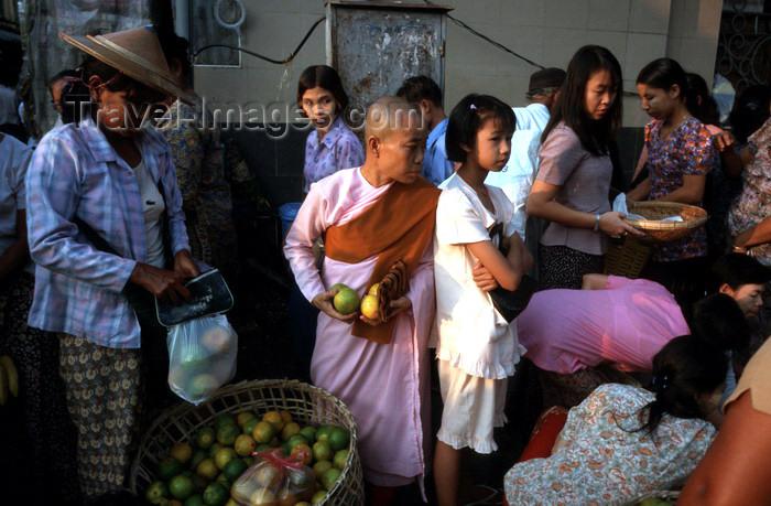 myanmar21: Myanmar - Yangon: nun shopping in the market - photo by W.Allgöwer - Buddhistische Nonne kauft auf einem Markt in Yangon ein. Die große Verehrung, die den buddhistischen Mönchen entgegen gebracht wird, gilt weniger der Person selbst als viel mehr dem Resp - (c) Travel-Images.com - Stock Photography agency - Image Bank