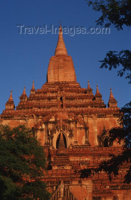 """myanmar211: Myanmar - Bagan: Shwesandaw Pagoda - photo by W.Allgöwer - Die Shwesandaw-Pagode wird vor allem zum Sonnenuntergang viel besucht. Der Stupa der """"goldenen (shwe) Haarreliquie (sandaw)"""" gehört zu den ersten Bauprojekten Anawrahtas. Chronikberichten zufolge  - (c) Travel-Images.com - Stock Photography agency - Image Bank"""