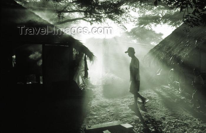myanmar212: Myanmar - Bagan: straw huts for forced Burmese settlers - photo by W.Allgöwer - 1990 wurden die Burmesen aus Alt-Bagan an das Ufer des Ayeyarwady zwangsumgesiedelt. Hier leben Sie heute unter einfachen Bedingungen meist in bescheidenen Hütten. Bagan ist e - (c) Travel-Images.com - Stock Photography agency - Image Bank