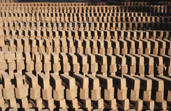 myanmar214: Myanmar - Bagan: production of clay bricks - industry - Asia - photo by W.Allgöwer - Die Verwendung des Ziegels lässt sich in Vorderasien und auf dem indischen Subkontinent bis über fünftausend Jahre zurückverfolgen und gebrannte Lehmsteine nachweisen.  N - (c) Travel-Images.com - Stock Photography agency - Image Bank
