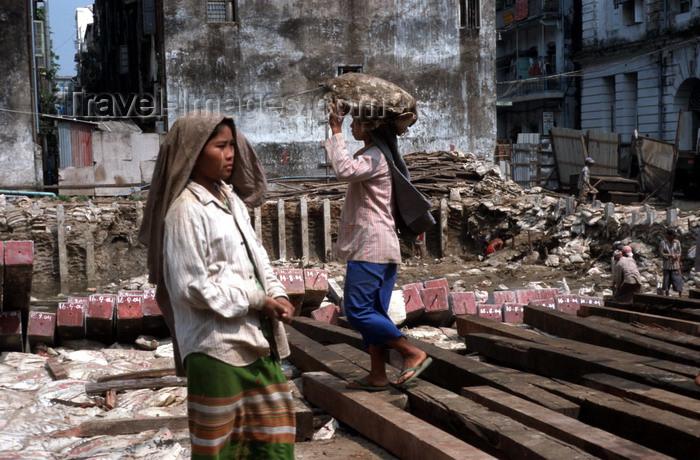 myanmar22: Myanmar - Yangon: female day labourers at a construction site - photo by W.Allgöwer - Vor allem die in die Städte gezogene Landbevölkerung muß sich anfangs oft den Lebensunterhalt als Tagelöhnerin bzw. Tagelöhner verdienen. Die Arbeitsbedingungen sind har - (c) Travel-Images.com - Stock Photography agency - Image Bank