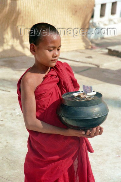 myanmar38: Myanmar / Burma - Bagan: young monk with offerings in a pot - novice (photo by J.Kaman) - (c) Travel-Images.com - Stock Photography agency - Image Bank