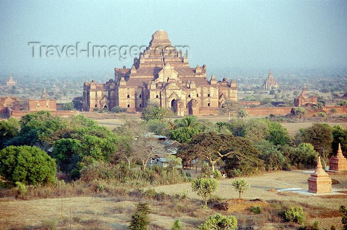 myanmar7: Myanmar / Burma - Bagan / Pagan: ruined temple - Dhammayangyi Pahto temple surrounded by smaller pagodas - Buddhist temples and pagodas (photo by J.Kaman) - (c) Travel-Images.com - Stock Photography agency - Image Bank