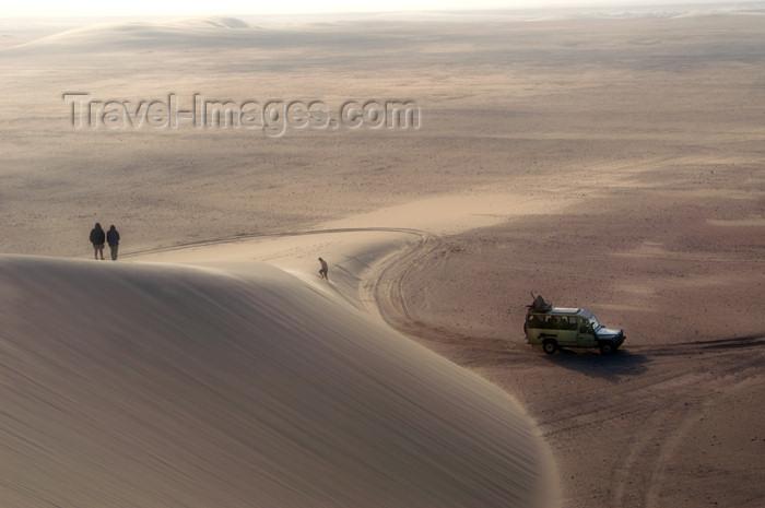 namibia176: Namibia: sand dune scenic, people, land rover, Skeleton Coast - photo by B.Cain - (c) Travel-Images.com - Stock Photography agency - Image Bank