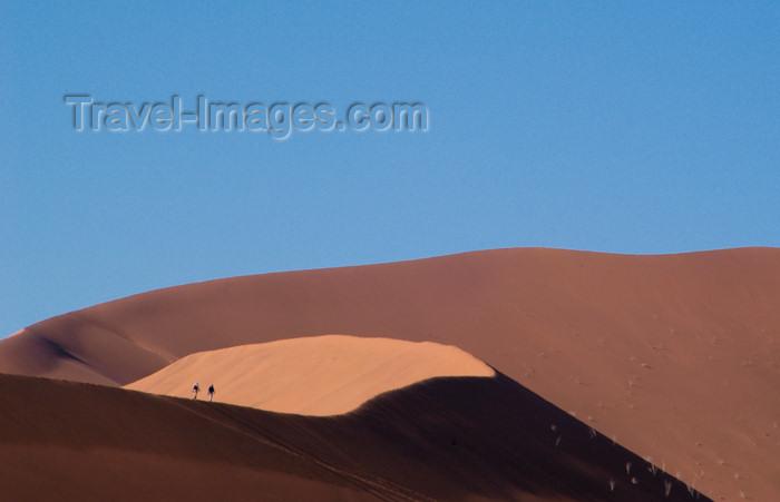 namibia186: Namib Desert - Sossusvlei, Hardap region, Namibia, Africa: two hikers on Big Daddy sand dune - photo by B.Cain - (c) Travel-Images.com - Stock Photography agency - Image Bank