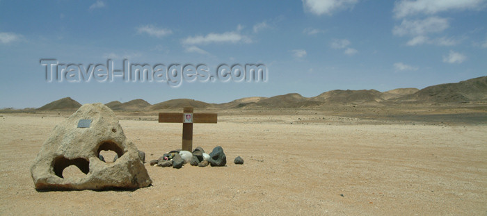 namibia21: Namibia: Namib desert: final resting place - grave - cross in the desert - tomb - photo by J.Banks - (c) Travel-Images.com - Stock Photography agency - Image Bank