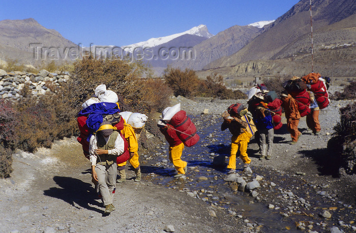 nepal383: Upper Mustang district, Annapurna area, Dhawalagiri Zone, Nepal: sherpas cross a stream - photo by W.Allgöwer - (c) Travel-Images.com - Stock Photography agency - Image Bank
