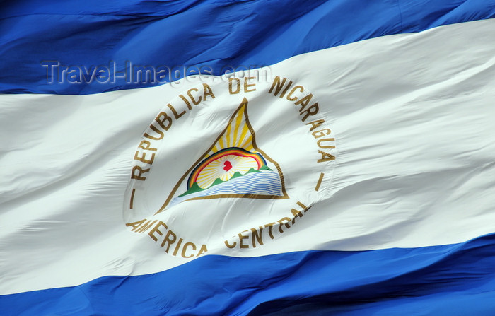nicaragua37: Managua, Nicaragua: coat of arms of masonic inspiration - triangle and Phrygian cap - detail of Nicaraguan flag flying at Plaza de la Revolución / Plaza de la República - photo by M.Torres - (c) Travel-Images.com - Stock Photography agency - Image Bank