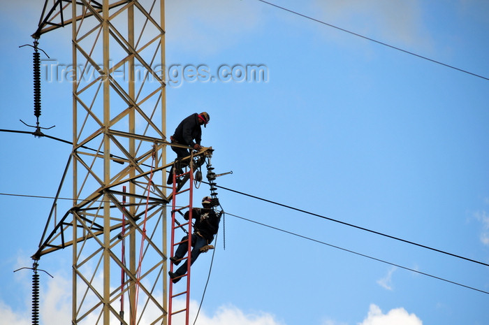 nicaragua53: Managua, Nicaragua: workers on an electricity pylon - electric power transmission - malécon - photo by M.Torres - (c) Travel-Images.com - Stock Photography agency - Image Bank