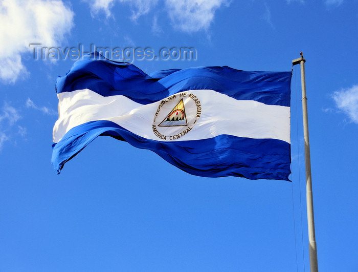 nicaragua58: Managua, Nicaragua: giant Nicaraguan flag flying at Plaza de la Revolución / Plaza de la República - the two cobalt blue stripes represent the two oceans - photo by M.Torres - (c) Travel-Images.com - Stock Photography agency - Image Bank