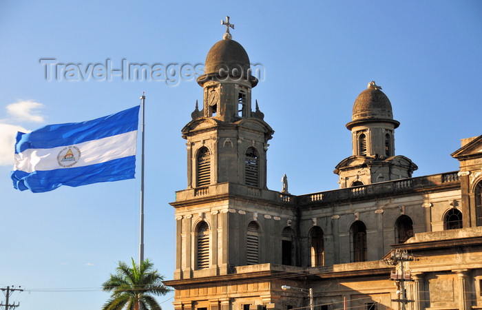 nicaragua70: Managua, Nicaragua: Old Cathedral and the Nicaraguan flag - Antigua Catedral de Santiago de Managua - photo by M.Torres - (c) Travel-Images.com - Stock Photography agency - Image Bank
