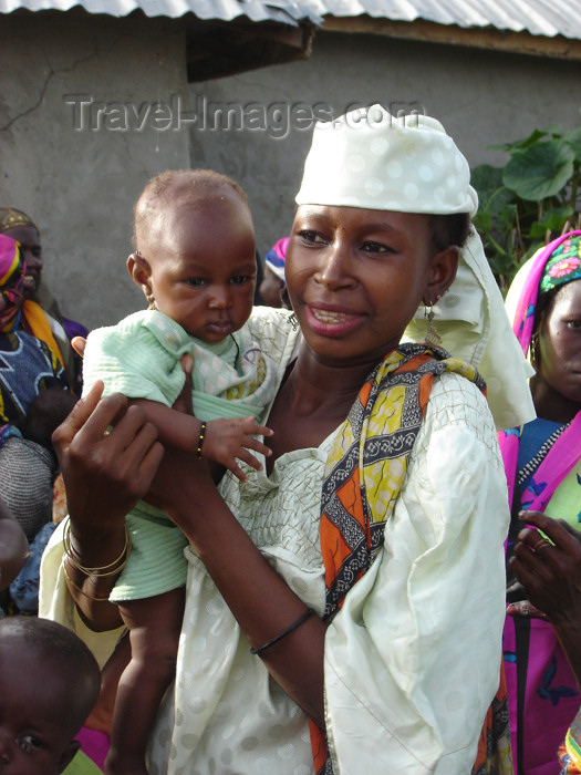 nigeria29: Nigeria - Dambatta - Kano State: mother and baby - photo by A.Obem - (c) Travel-Images.com - Stock Photography agency - Image Bank