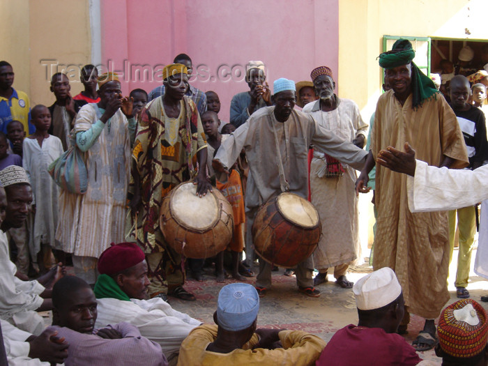 nigeria34: Nigeria - Hadejia (also Hadeja, previously Biram): traditional musicians - African instruments - Hausa people -  Jigawa State, one of the seven true Hausa states - Hausa Bakwai - photo by Anna Obem - (c) Travel-Images.com - Stock Photography agency - Image Bank