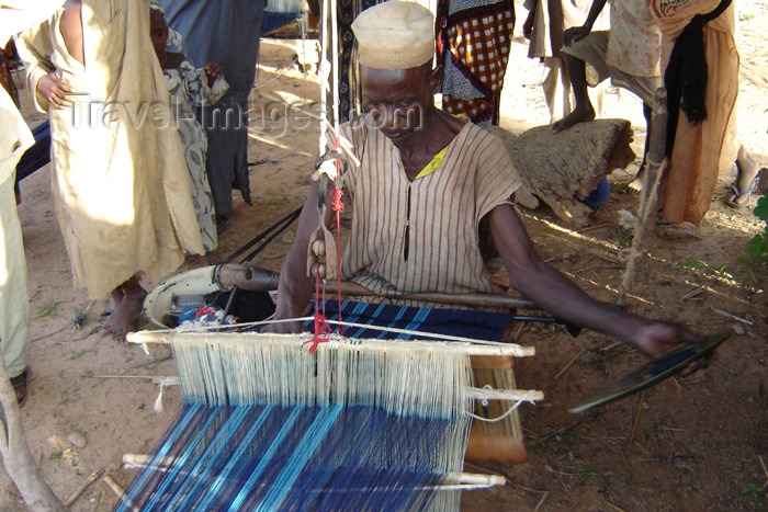 nigeria42: Nigeria - Minjibir: weaver at work - African artisan - photo by A.Obem - (c) Travel-Images.com - Stock Photography agency - Image Bank