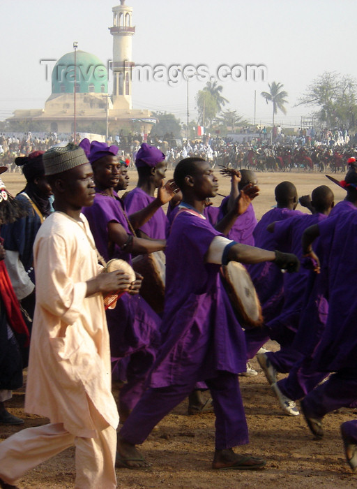 nigeria61: Kano, Nigeria: Salla Durbar festival - the procession passes near Gidan Makama Mosque - drummers - Eid al-Adha - Aïd el-Kebir - photo by A.Obem - (c) Travel-Images.com - Stock Photography agency - Image Bank