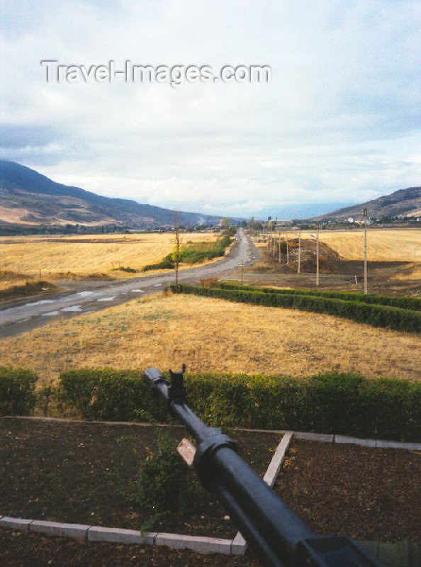 nk8: Nagorno Karabakh - Askeram: power comes from the barrel of a gun - defending the Stepanakert - Shusha road (photo by M.Torres) - (c) Travel-Images.com - Stock Photography agency - Image Bank