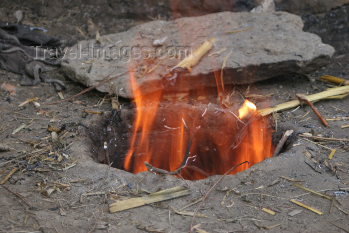 pakistan107: Kodar Bala, Siran Valley, NWFP, Pakistan: fire coming out of a tandoor - traditional oven for baking bread - cylindrical clay oven - tandur - tandoori - photo by R.Zafar - (c) Travel-Images.com - Stock Photography agency - Image Bank