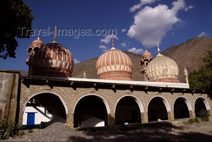 pakistan113: Pakistan - Chitral - North-West Frontier province / NWFP, former Malakand Division: Shahi mosque and the Hindu Kush mountains - photo by R.Zafar - (c) Travel-Images.com - Stock Photography agency - Image Bank