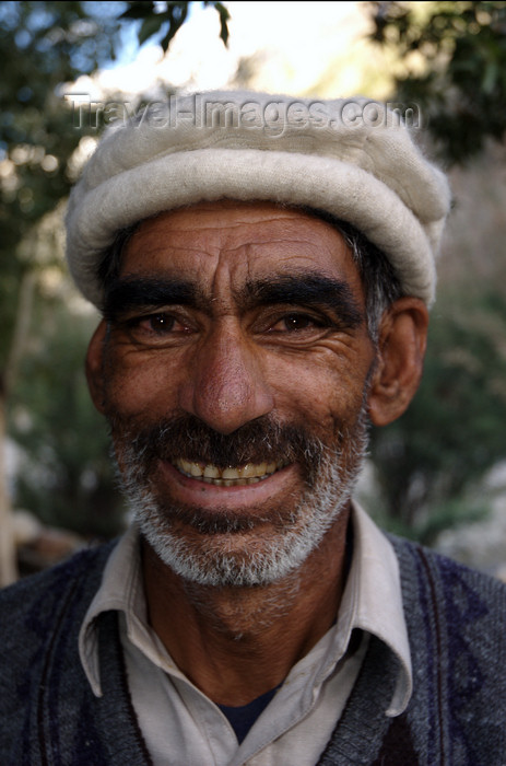 pakistan114: Pakistan - Karakoram mountains - Himalayan range - Northern Areas: Balti porter - wide smile - photo by A.Summers - (c) Travel-Images.com - Stock Photography agency - Image Bank