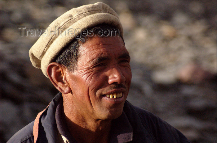 pakistan115: Pakistan - Karakoram mountains - Himalayan range - Northern Areas: Balti porter - with hat - photo by A.Summers - (c) Travel-Images.com - Stock Photography agency - Image Bank