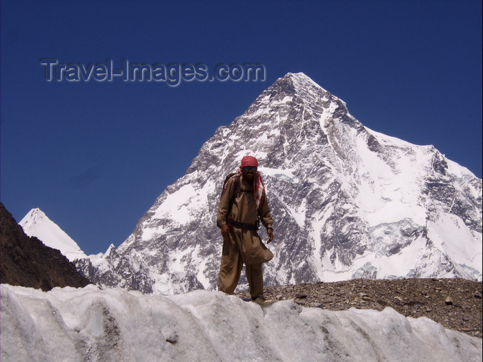 pakistan119: Pakistan - K2 - Karakoram mountains - Himalayan range - Northern Areas: Balti porter and the K2 peak - photo by A.Summers - (c) Travel-Images.com - Stock Photography agency - Image Bank