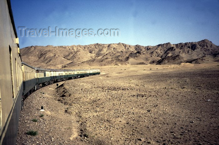 pakistan12: Pakistan - Charan desert - Baluchistan: train travelling round a bend - railway / Cesta vlakem pøes pouš? Charan - Balúèistán - photo by J.Kaman - (c) Travel-Images.com - Stock Photography agency - Image Bank