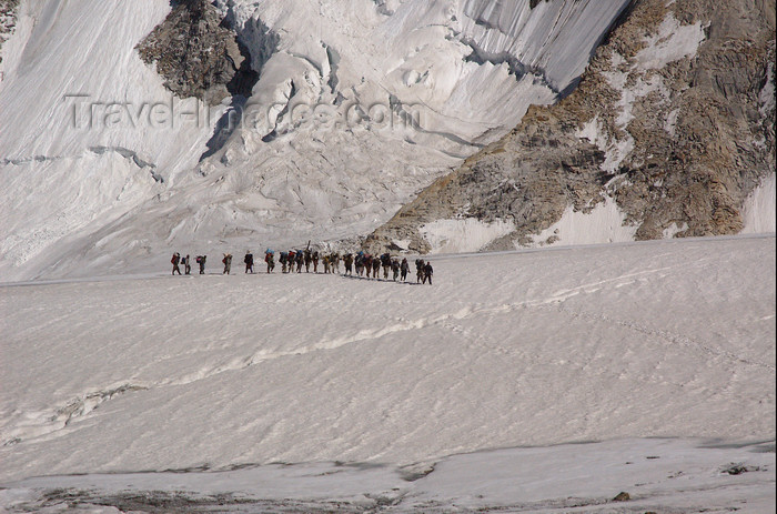 pakistan122: Pakistan - Baltoro Glacier - Karakoram mountains - Himalayan range - Northern Areas: line of Balti porters in the Baltoro Glacier - photo by A.Summers - (c) Travel-Images.com - Stock Photography agency - Image Bank
