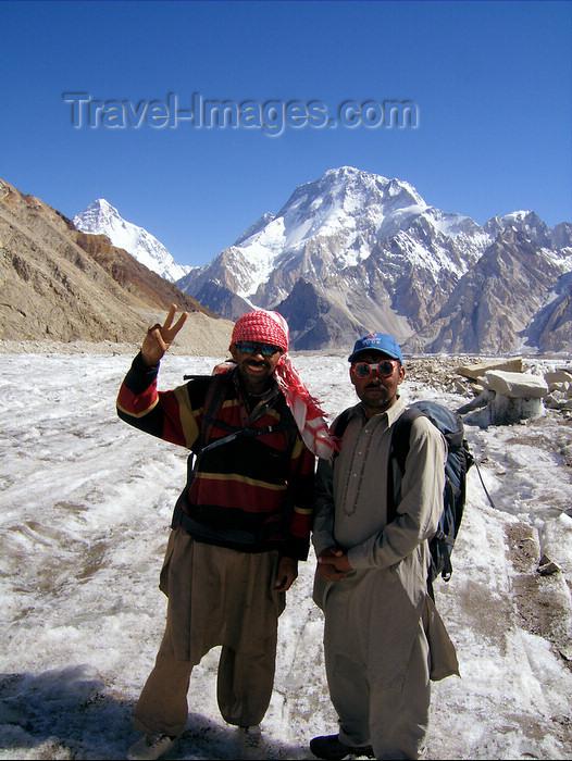 pakistan123: Pakistan - Baltoro Muztagh subrange - Karakoram mountains - Himalayan range - Northern Areas: Balti porters with K2 and Broad peak - victory sign - photo by A.Summers - (c) Travel-Images.com - Stock Photography agency - Image Bank
