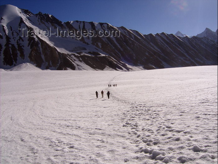 pakistan125: Pakistan - Baltoro Glacier - Karakoram mountains - Himalayan range - Northern Areas: trekkers - photo by A.Summers - (c) Travel-Images.com - Stock Photography agency - Image Bank