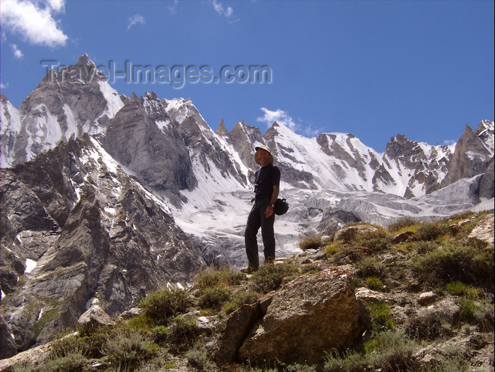 pakistan132: Pakistan - Karakoram mountains - Himalayan range - Northern Areas: trekker and peaks - photo by A.Summers - (c) Travel-Images.com - Stock Photography agency - Image Bank