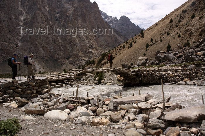 pakistan133: Pakistan - Karakoram mountains - Himalayan range - Northern Areas: trekkers cross an improvised bridge - photo by A.Summers - (c) Travel-Images.com - Stock Photography agency - Image Bank