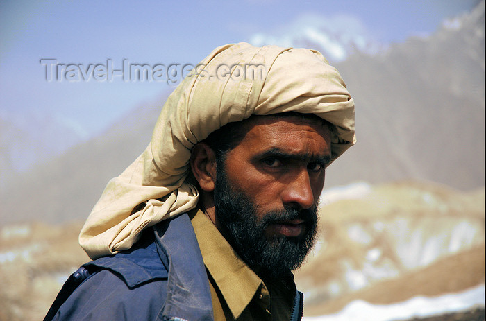 pakistan134: Pakistan - Karakoram mountains - Himalayan range - Northern Areas: Pakistaini porter with turban - photo by A.Summers - (c) Travel-Images.com - Stock Photography agency - Image Bank