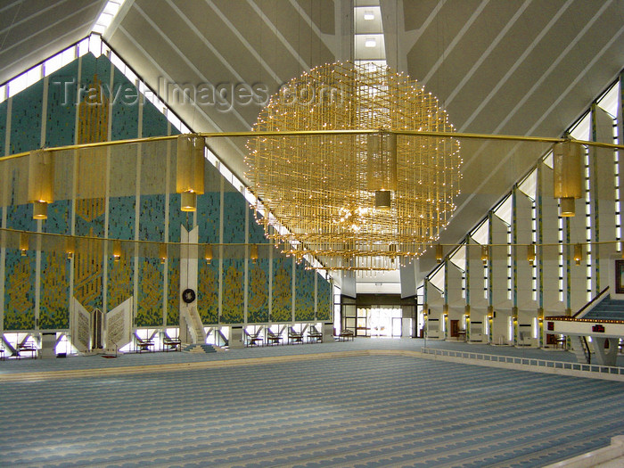 pakistan141: Islamabad, Pakistan: Faisal mosque - 5,000 square meters, for 300,000 faithful - photo by D.Steppuhn - (c) Travel-Images.com - Stock Photography agency - Image Bank